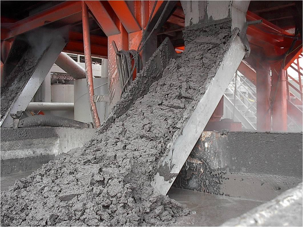 Centrifuge discharge during dewatering operation